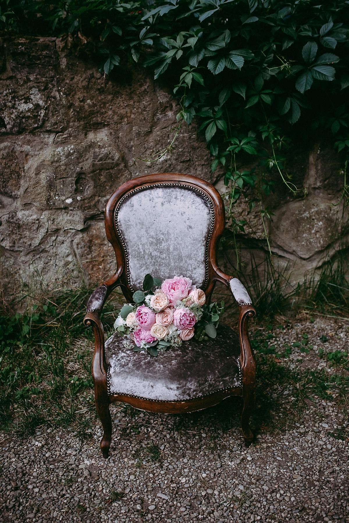 Sessel mit Blumenstrauß von Nelli Mayer Photography